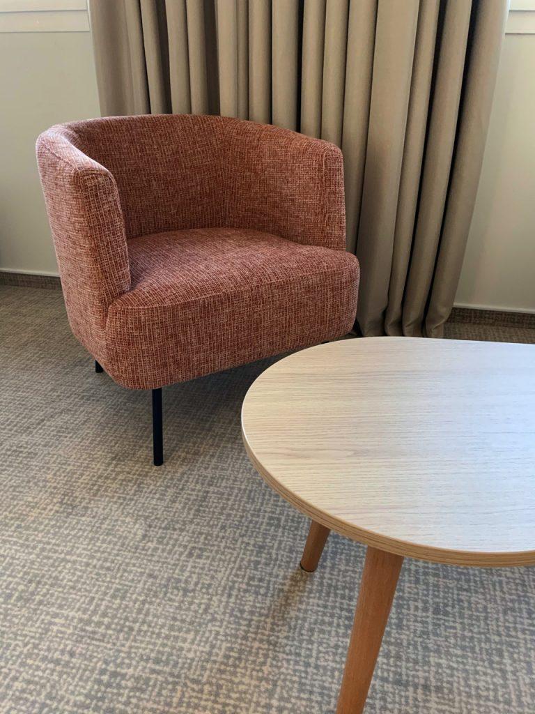 Un espace salon dans certaines chambres de l'hôtel