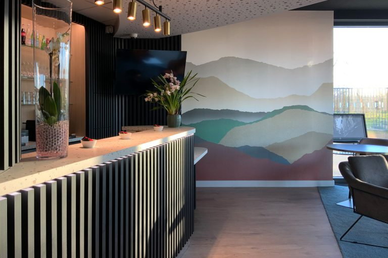 Au bar lounge de l'Akena Hôtel Troyes, dégustez une boisson ou une planche de charcuterie