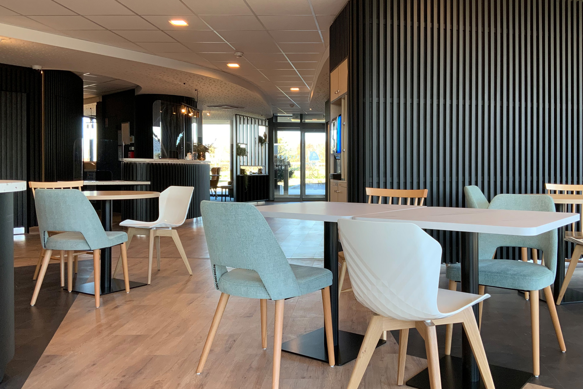 Découvrez la salle de petit déjeuner de l'Akena Hôtel Troyes.