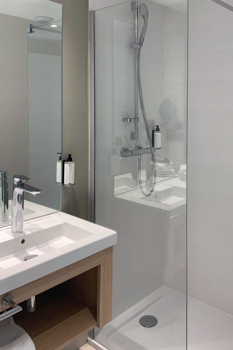 A l'Akena Hôtel Troyes, les salles de bains sont particulièrement bien agencées.