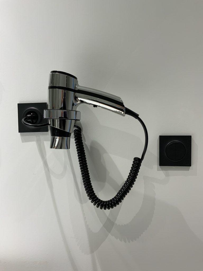 A l'Akena Hôtel Troyes, chaque salle de bain dispose d'un sèche-cheveux.