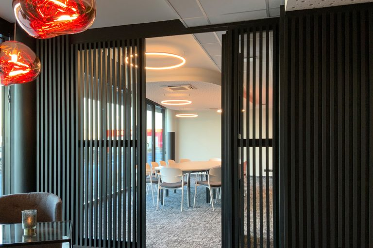 L'Akena Hôtel Troyes propose des salles de séminaires spacieuses, à la lumière du jour.